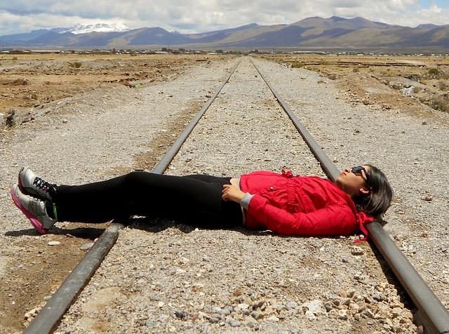 Viajera en vía de tren